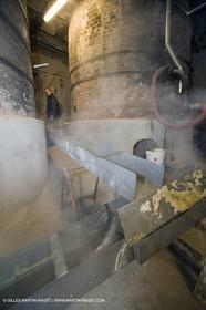 01 02 2007 - Salon de Provence - Fabrication traditionelle du savon de Marseille aux savonneries Marius Fabre - Vidage des cuves**01 02 2007 - Salon de Provence - Traditional soap of Marseille making at Marius Fabre soap maker - Tank transfer