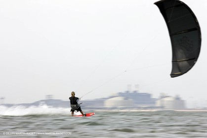 08 05 2008 - Port Saint Louis du Rhône (FRA, 13) - kite surfer Alexandre Caizergues training