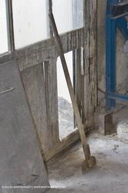 01 02 2007 - Salon de Provence - Fabrication traditionelle du savon de Marseille aux savonneries Marius Fabre - Outils**01 02 2007 - Salon de Provence - Traditional soap of Marseille making at Marius Fabre soap maker - Tools