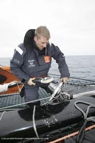 Trophée Jules Verne - Lorient - 30 12 04 - Orange II - Entraînement - A bord - Yann Eliès