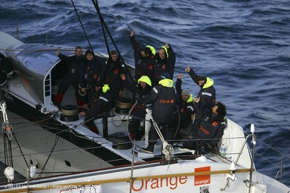 Orange II-2005 Jules Verne Trophy-Start from Ushant-Bruno Peyron and the crew