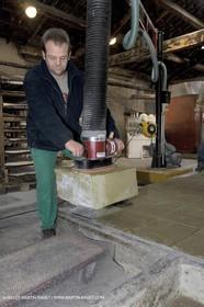 07 02 2007 - Salon de Provence - Fabrication traditionelle du savon de Marseille aux savonneries Marius Fabre - Découpe**07 02 2007 - Salon de Provence - Traditional soap of Marseille making at Marius Fabre soap maker - Cutting